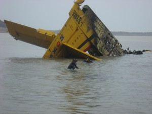 Falling debris removal work of fire-fighting aircraft to the lake in 2007 Terkos